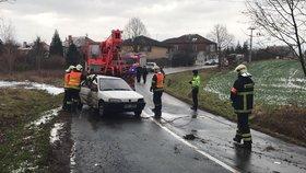 Záhadná bouračka v Průhonicích: V autě nikdo nebyl, zásah hasičů omezil dopravu