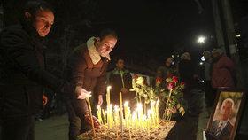 Předák Srbů v Kosovu zemřel po šesti kulkách v hrudi. Stovky lidí truchlí