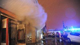 V Průmyslové ulici hořela autolakovna. Hasiči se živlem bojovali hodinu