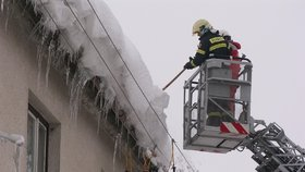 Na chlapečka v Kořenově spadl ze střechy led: Skončil v nemocnici v Praze