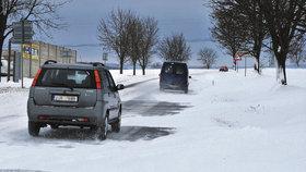 Na silnicích se tvoří sněhové jazyky, v Krušných horách jsou i závěje