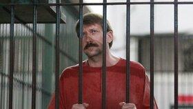 """""""Obchodník se smrtí"""" dostal další trest. V cele si vyráběl alkohol"""
