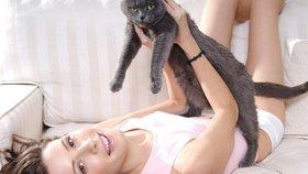 Začněte se zabývat myšlenkou, že si pořídíte nějakého domácího mazlíčka. Studie jasně prokázaly, že lidem, kteří tráví čas s domácími zvířaty, se sníží krevní tlak.
