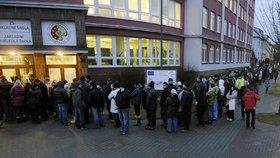 Davové šílenství? Rodiče v Plzni čekali na zápis prvňáků i celou noc! Proč?