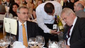 Prezident Miloš Zeman a prezident Hospodářské komory Vladimír Dlouhý si vybírali víno
