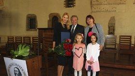 Promoci své maminky přihlížely také její dvě dcerky