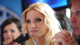 Adéla se vrací za mikrofon a dostane za to královsky zaplaceno.