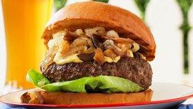 Na hamburgrech nejvíce škodí houska, majonéza, kečup a hranolky. Proti grilovanému masu nikdo nic nemá...