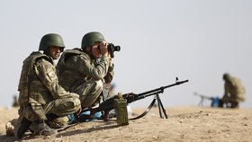 Turecké hlídky sledují postup islamistů