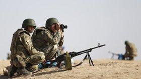 Turecké hlídky sledují postup islamistů.
