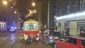 V Kamenické ulici stojí doprava - řidič SUV tu (zase) špatně zaparkoval