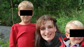 Eva po roce viděla syna Davida (vlevo). Denise však sociálka nepřivedla.