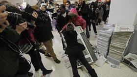 Černý pátek ve světě - fronty i rvačky o levné zboží se objevily i letos.