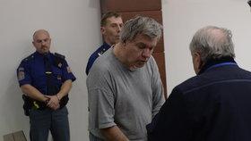 Doktor Barták se před soudem krátce radil se svým advokátem.