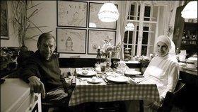 Jedna z posledních fotografií prezidenta Václava Havla. Se sestrou boromejkou při večeři na Hrádečku