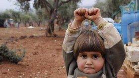 Holčička ze Sýrie se bojí fotoaparátu, myslí si, že je to zbraň