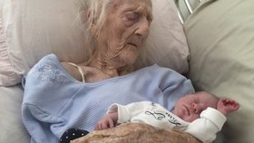 Fotka babičky a pravnučky během 14 dnů obletěla celý svět