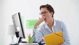 Pokud celý den sedíte, neprospíváte svému zdraví ani pracovnímu výkonu.