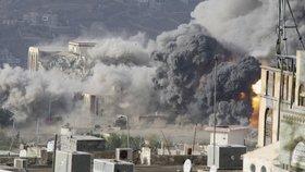 Po leteckém útoku stoupá dým z paláce ve městě Taiz v jihozápadním Jemenu.