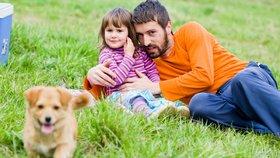 Děti možná věděly, že bavit se s cizími lidmi nemají, ale roztomilému štěněti odolat nedokázaly.