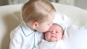 Princ George s princeznou Charlotte na první společné fotografii