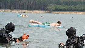 Policejní potápěči hledají pohřešovaného muže v jezeře Lhota.