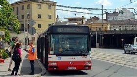 Autobusy rozvážejí cestující na jiná nádraží