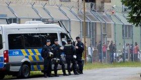 Uprchlíci se chtějí z Bělé pod Bězdězem dostat do Německa.