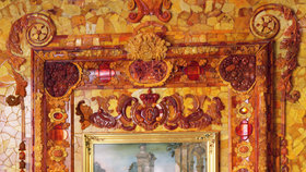 Obrazy ve zlatých rámech lemuje mozaiková výzdoba.