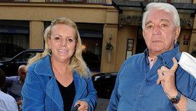 Poněkud zednický outfit manželů Krampolových: Proč nosí do společnosti »modráky«?