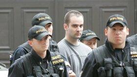 Policisté odvádí Kalivodu k soudu.