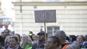 Na 400 bývalých studentů speciální pedagogiky UJAK demonstruje v Praze. Nesouhlasí, aby rok před dostudováním nastoupili od začátku na jinou vysokou školu.