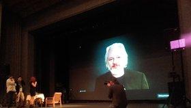 Assange v Jihlavě: Zaplavit Evropu uprchlíky asi USA nechtěly, ale hodí se to