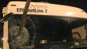 Uprchlíci prohodili předním sklem českého kamionu dřevěný kůl.