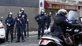 Francouzská policie zadržela deset pravicových extremistů, kteří chtěli útočit na politiky a mešity.