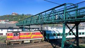 Chlapec (14) z Teplic dával na koleje kameny: Chtěl jsem vidět nehodu vlaku