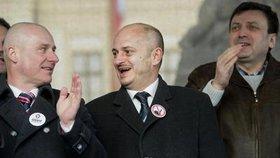 Miroslav Lidinský (vlevo) a Martin Konvička si plácli. Sjednotili svá hnutí pod jedním jménem a jdou spolu do voleb.