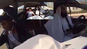 Taxikář si vystřelil z klientů. Když jim ukázal sebevražedný pás, zavládla panika.