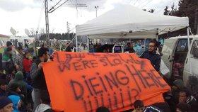 Uprchlíci v táboře Idomeni u řecko-makedonských hranic si posedali na koleje a jednají, co dál