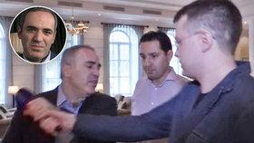 Šach mat pravým hákem: Kasparov napadl novináře, prý šlo o provokatéra KGB
