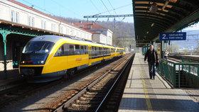 Důchodce (85) přebíhal přes koleje, srazil ho vlak