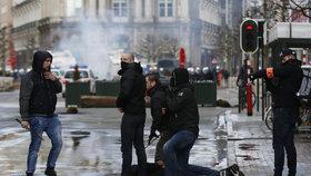 Poklidnou pietní akci narušilo zhruba 450 extremistů.