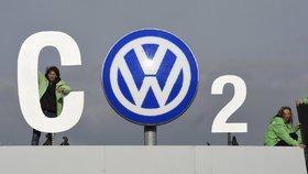 Protest proti Dieselgate. Volkswagen bude platit pokuty, možná náhrady některým majitelům, prodej mu ale v Evropě neklesl.