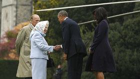 Obama se sehnul k Alžběte II. A v limuzíně ji cestou na oběd posadil dozadu