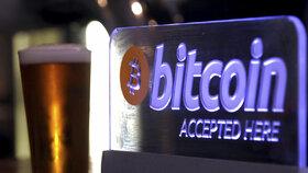 Hodnota digitální měny bitcoin poprvé překročila hranici 4000 dolarů a během neděle vystoupila až na 4225,40 dolaru (93 515 korun).