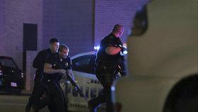 Teror v Dallasu: Odstřelovači pálili na policisty, pět jich zabili.
