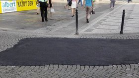 Náměstí Republiky »hyzdí« asfaltová záplata: Je to jen dočasná oprava, říká TSK