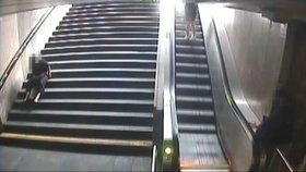 Namol opilé ženy sebrali strážníci: Jedna z nich močila v metru, druhá nadávala do hovad