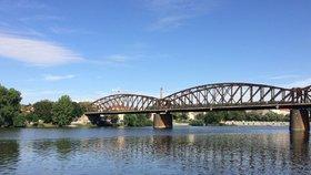 Lávky přes Vltavu mezi Vyšehradem a Smíchovem se dnes uzavřou: Jsou v havarijním stavu