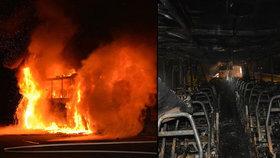 Autobus na dálnici D10 zchvátily plameny. Cestující včas utekli do bezpečí